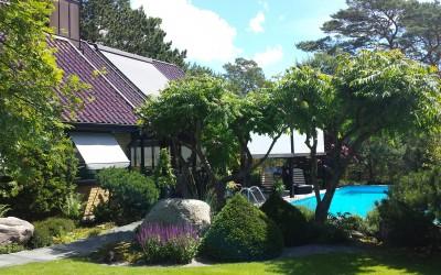 Fin sommardag i Ljunghusen. Harol TR850 pergolamarkis med Harol VZ510 på enormt takfönster.