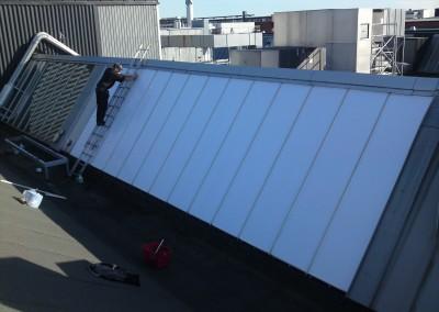 Vit solfilm för att minska blänk i produktionshall.