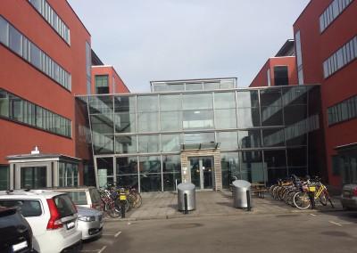 Harol VZ510 på samtliga glaspartier på byggnaden.